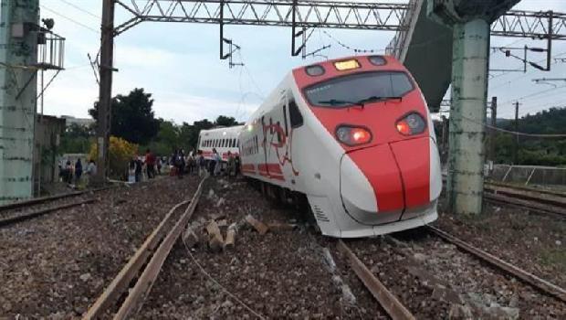 史上最嚴重! 鐵軌插入車廂 普悠瑪剛起步就翻覆