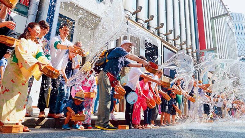 《產經新聞》調查,9成日本人明顯感受今年比往年熱,除潑水降溫外,連男性都不顧形象拿陽傘避暑,「陽傘男」一度造成社會話題。