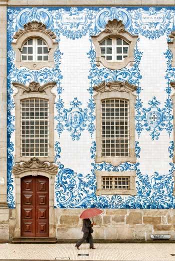 波多的卡爾莫教堂(Igreja do Carmo)外牆青花瓷磚畫堪稱經典。