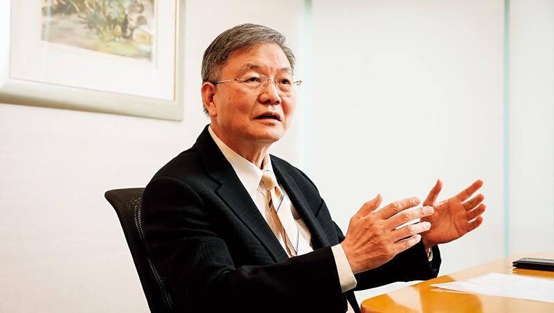 南山董事長杜英宗受訪時中文、台語、英語夾雜,直言新系統花100億元不算貴,很值得。