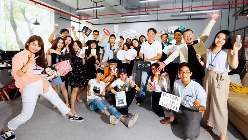 郭祥毅(後排右2)轉戰越南培養台灣團隊,50名成員銷售逾20個台灣品牌,整體營收明年可望破億。