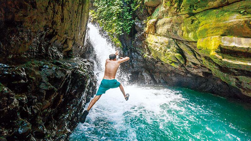 前往宜蘭月眉坑瀑布的路上,一條小徑通向鮮為人知的深潭瀑布。在森林湖泊玩樂長大的李小飛,熱愛台灣的大自然。