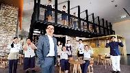 接待人員穿五分褲、印「飽嘟嘟」台南用語的餐盤...老爺酒店搶年輕客群的3轉型策略