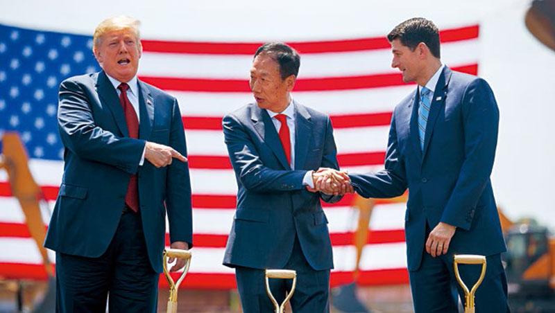「這是美國製造史上偉大的一日。」美國總統川普(左)如此評價富士康掌門郭台銘(中)的威州新廠,如今選舉變天卻使該計畫面臨新變數。
