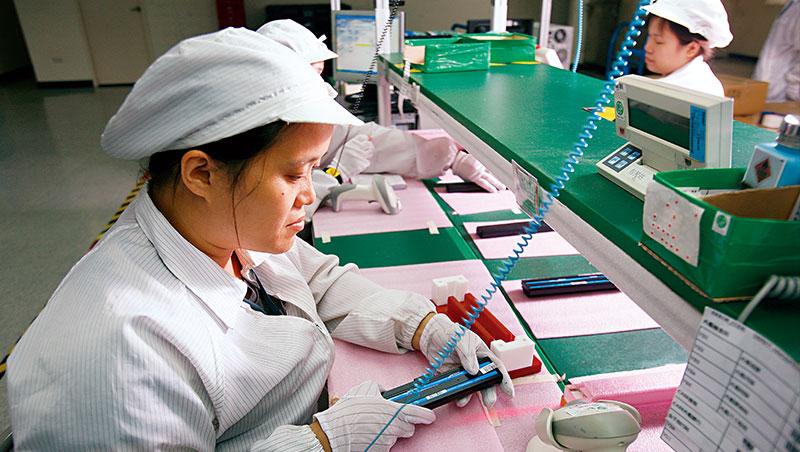 過去台灣電子業在中國有完整的千家企業聚落、百萬製造大軍,受中美貿易戰影響將打散。圖為加百裕產線。