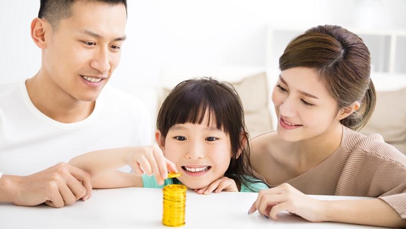 小孩很愛錢怎麼辦?喜歡錢不是壞事,理財專家:透過3個問題,建立正確金錢觀