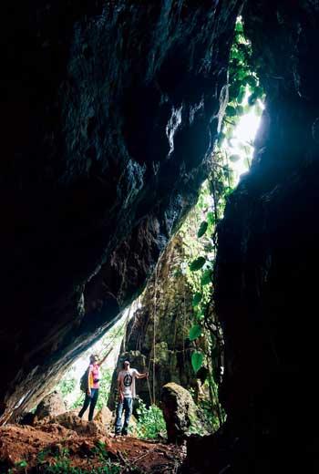 踏上清邁僧侶走過的路徑,我們來到一座巨大的洞穴,僧侶曾在此修行。