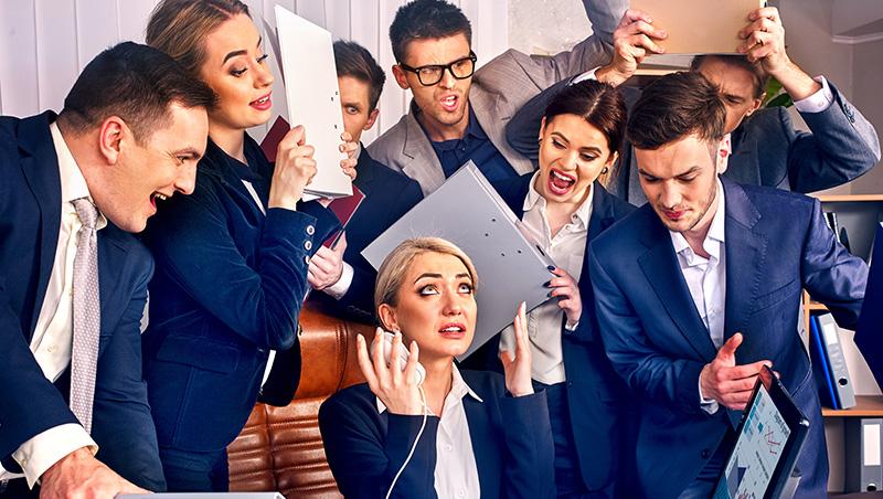 在電梯裡遇到老闆,談「這個」是天大禁忌...一次看懂10大職場交際地雷