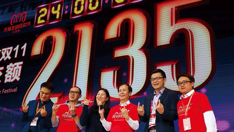 雙11成交額往往跟阿里營收脫鉤,張勇(右3)等人仍歡慶今年靠90後刷新的紀錄。