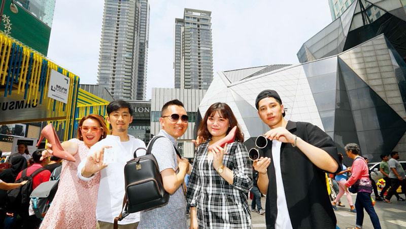 在大馬有3家百貨店的林星佑(中)扮領頭羊,與Bonbons、假期飾品、Klassic在吉隆坡金三角開店,成為台灣電商南向打群戰的先鋒。
