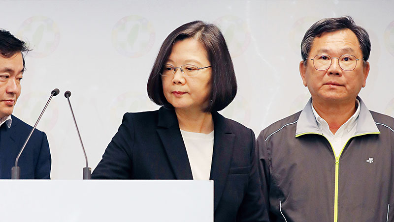 蔡的謹慎讓台灣在國際動盪不冒進,但經濟、行政革新慢,人民不耐。