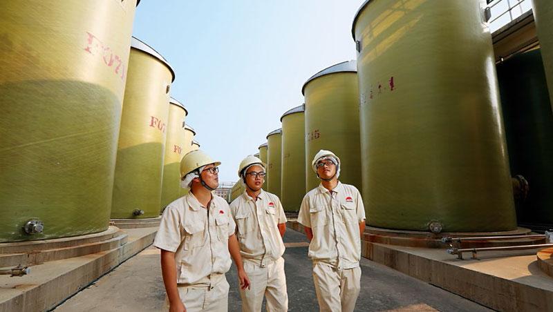 李錦記最大生產基地位於廣東省新會,是創辦人的家鄉。該廠有3千多個發酵缸,年產約50萬噸醬油,是台灣每年用量的4倍。