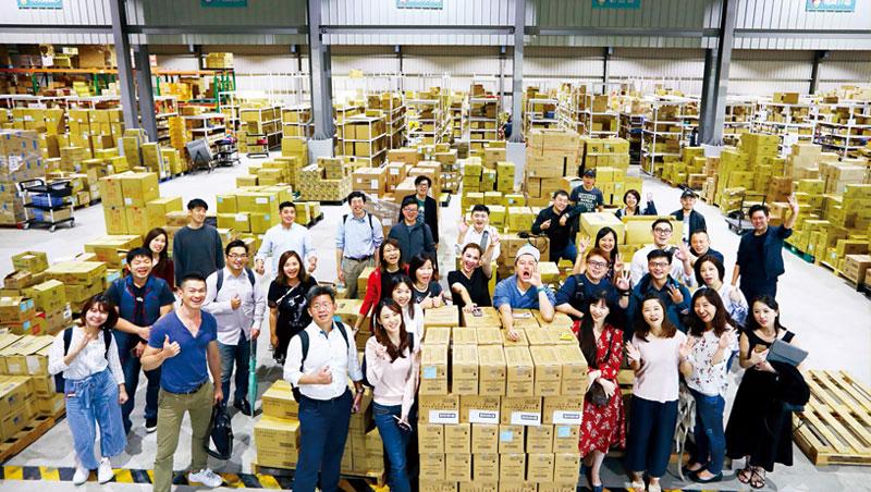 電商校長團每月透過參訪,交流經驗。這天,他們前進台灣美妝電商龍頭小三美日的台中物流中心,一窺年營收20億元的策略布局。