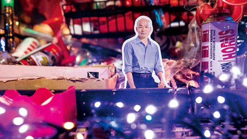 開票之夜,韓國瑜競選總部外宛如嘉年華,唱歌打卡、跟小編拍照,街頭小販更搶賣「韓流商品」。