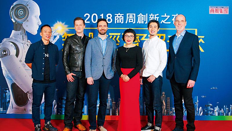 商周創新之夜邀Pundi X謝子斌(右圖左起)、Blue Vision Lab昂多斯卡及普拉汀斯基、Factelier山田敏夫(右2)及BMW魏塞曼(右1)等國際講者,與商周集團執行長王文靜及萬名讀者