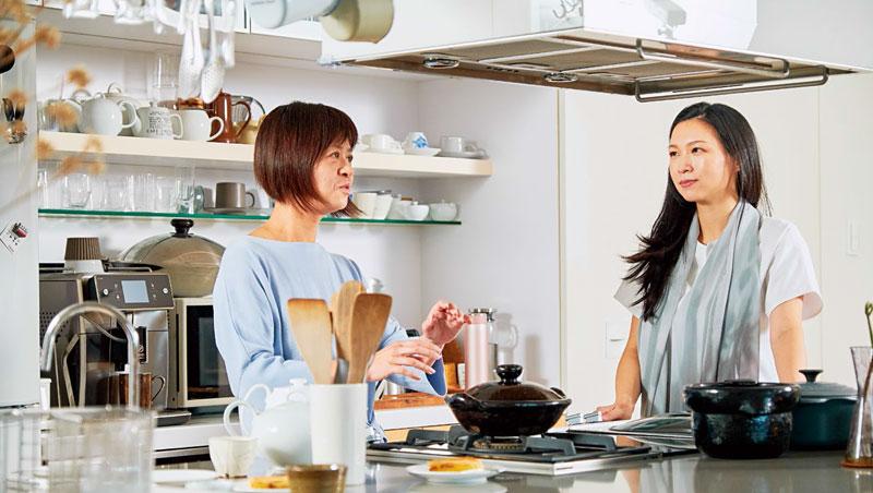 葉怡蘭與陳嵐舒佇足中島前,從環繞兩人周圍的土鍋或爐口等設備開始,展開一場以生活廚事為出發的哲學對談。