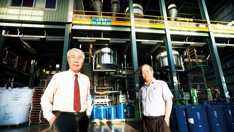南寶董事長吳政賢(左)、總經理許明現(右)的第一份工作就在南寶,資歷超過30年。運動鞋、足球,甚至房屋建材,都用得到它的白膠。