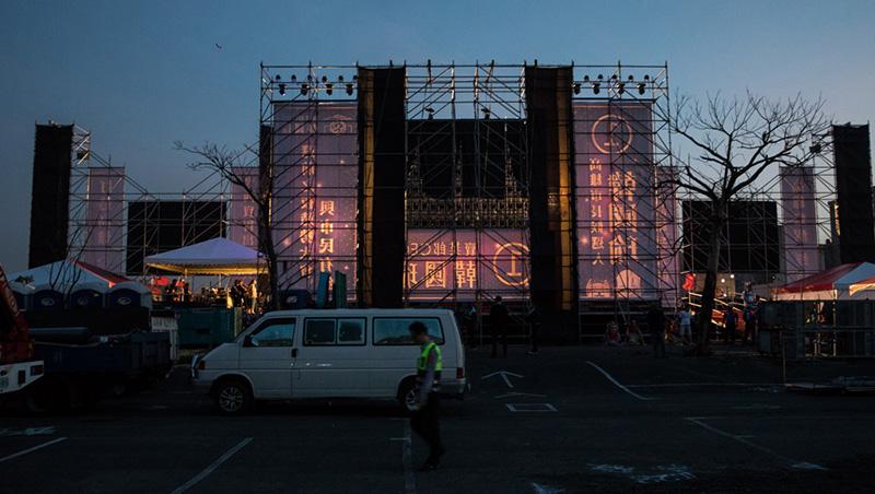 有時候,沉默比掌聲更得體...回到選前之夜那一晚,攝影鏡頭下激情「韓流」舞台的背後
