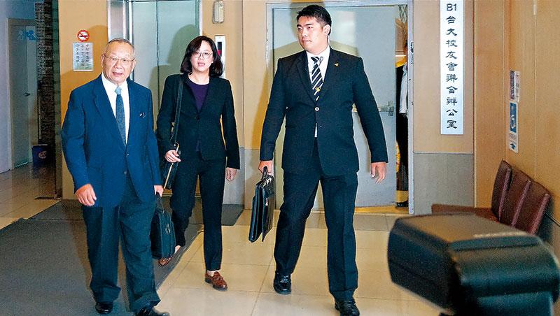 廖清輝(左1)取代弟弟拿下乖乖董座,他步出股東會後宣示,要讓虧損的乖乖恢復過往榮光。