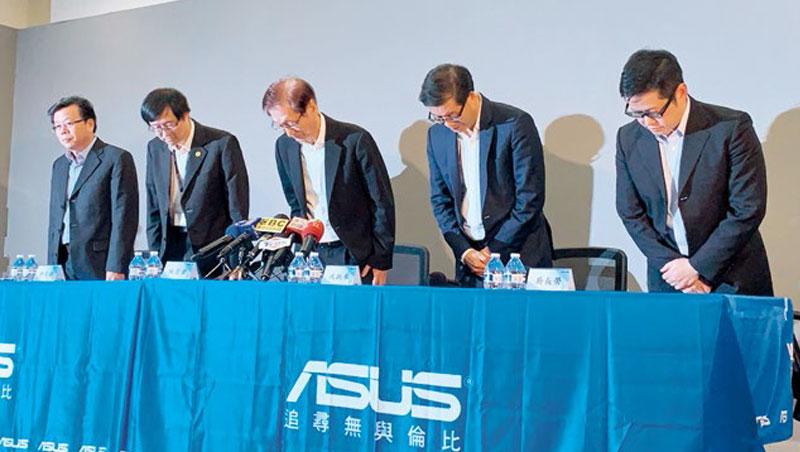 接班記者會上,華碩新舊舵手一同為提列手機費用62億及營運不佳而道歉。左至右為胡書賓、許先越、施崇棠、沈振來、吳長榮。