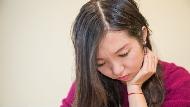 她聰明能幹,職場上卻不敢爭取機會、抑鬱到得憂鬱症...不只貧窮,原來「貶低自我」也會世襲