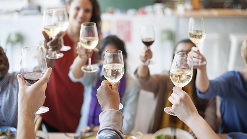 年末聚會必看!主人說乾杯,全喝完才不失禮?專家傳授讓你受歡迎的「PARTY」5原則