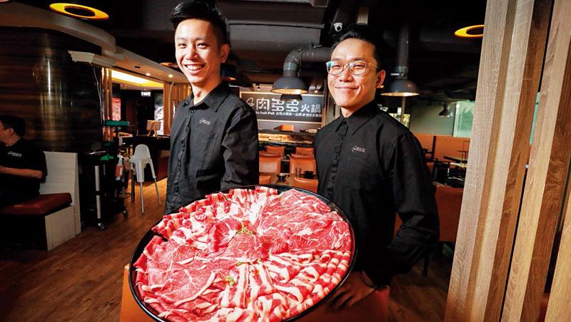 年薪200萬的黃偉鈞(左)和吳盈毅(右)皆出身王品,他們面對肉多多的快文化,直言:「這裡很刺激,許多高手都待不住!」