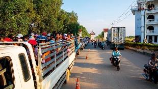 一條邊境黃金公路  貨車塞兩公里等通關