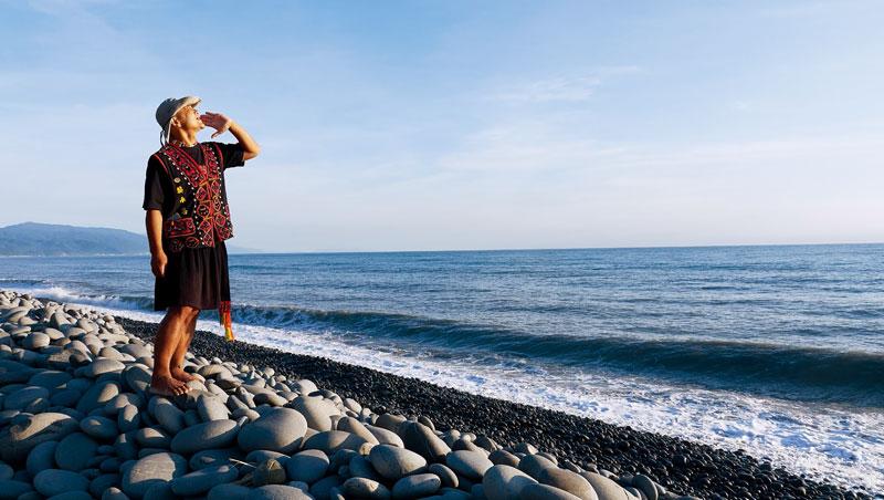 赤腳走在布滿南田石的阿朗壹古道,解說員樊永忠認為這是和土地最親近的方式。