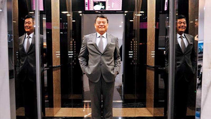 崇友總座游本立站在自家電梯中指出,新年度將招募超過百位有證照的專業人才,擴編維修團隊搶換梯商機。