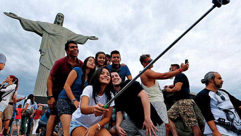 救世基督像是巴西里約熱內盧熱門景點,曾獲選世界新7大奇蹟,總高38公尺,英國奢遊網在此自拍打響名號。