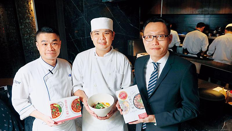 晶華酒店總經理吳偉正(右)率飯店大廚,花逾1年研發常溫牛肉麵調理包,要帶公司「走出去」。