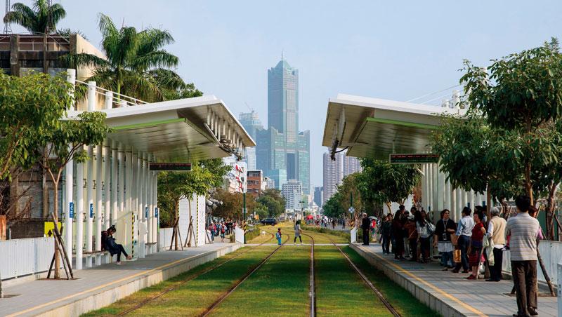 從駁二特區旁的輕軌站往前望,85大樓所在處正是高雄積極開發的亞洲新灣區,高雄展覽館、中鋼總部都在這,但走出這片精華區,全是30年不變的石化產業。