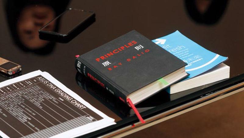《原則》、《刷新未來》被施崇棠奉為管理聖經,他還買《原則》送給公司上百名主管,書裡貼著勉勵信。