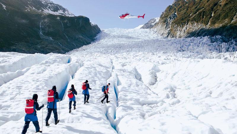 福斯冰河健行的重頭戲是乘直升機穿梭山壁飛行,保證永生難忘。