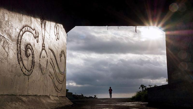 在金崙隧道往海邊方向望去,晴空萬里時能見到整片海,冬季早上七點多的陽光,讓整個隧道亮了起來。