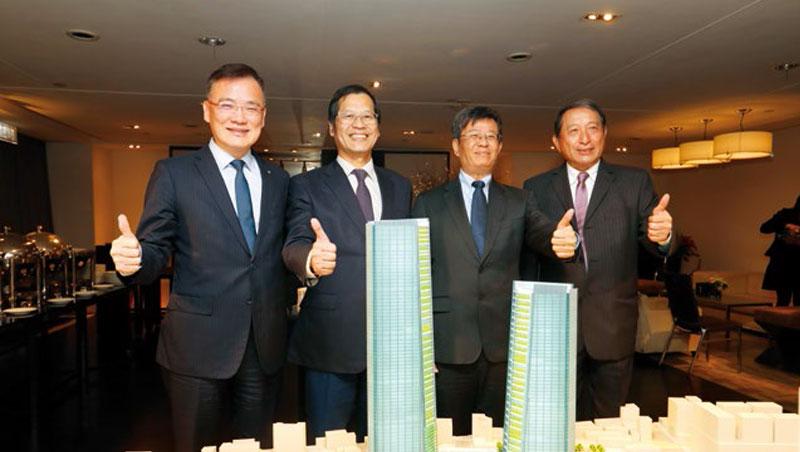 藍天宏匯集團董事長許崑泰(左2)日前率隊公布雙子星設計時強調:「絕不會中途落跑,一定會做到底。」