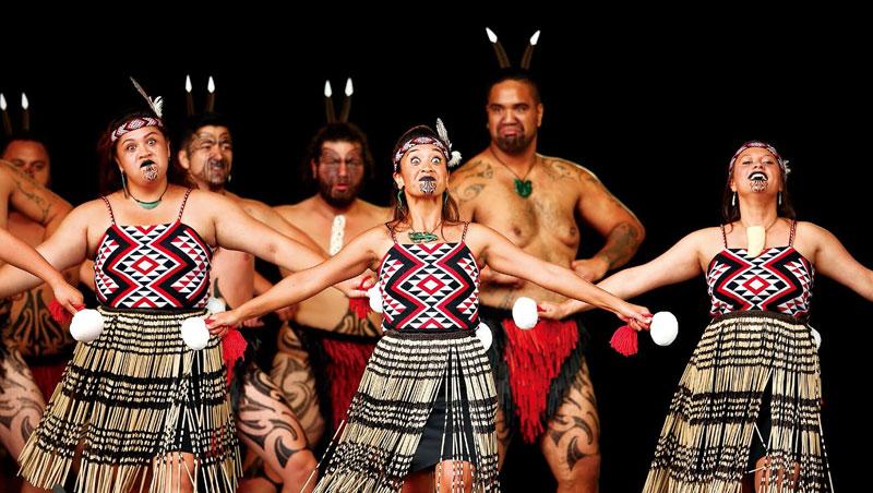 毛利女人的球舞、男人的戰舞,是情緒爆滿的舞蹈吟唱。