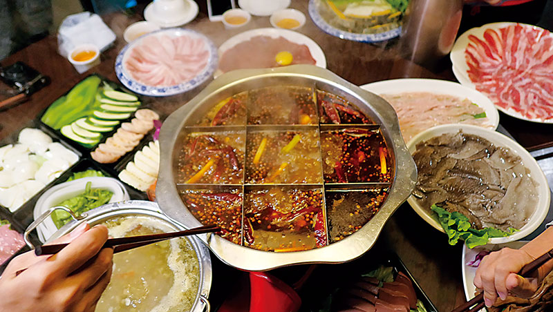 面對老罈香川味兒過年限定的重慶火鍋,令人回想三、四十年前在台盛行的毛肚火鍋,今日重拾舊滋味,開心得不得了。