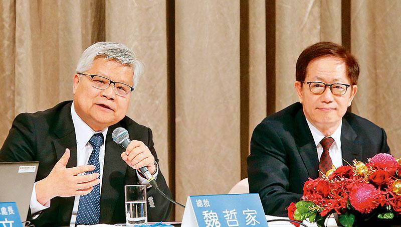 面對業績淡的今年,台積電總裁魏哲家(左)和董座劉德音(右)在法說會強調,驅動未來成長的趨勢是AI、5G。