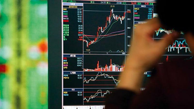 台股成交量萎縮至千億元以下,有流動性風險,大戶寧可當沖也不長抱股,恐加劇股市震盪。