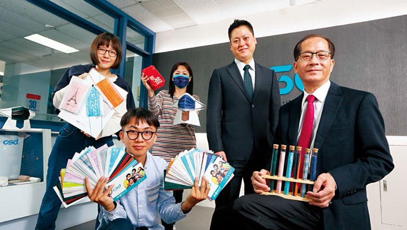 曾在美國經手蘋果、H&M等設計案的總經理特助張德成(右2),在父親張豐聯(右1)支持下,用彩色口罩帶領中衛轉型。