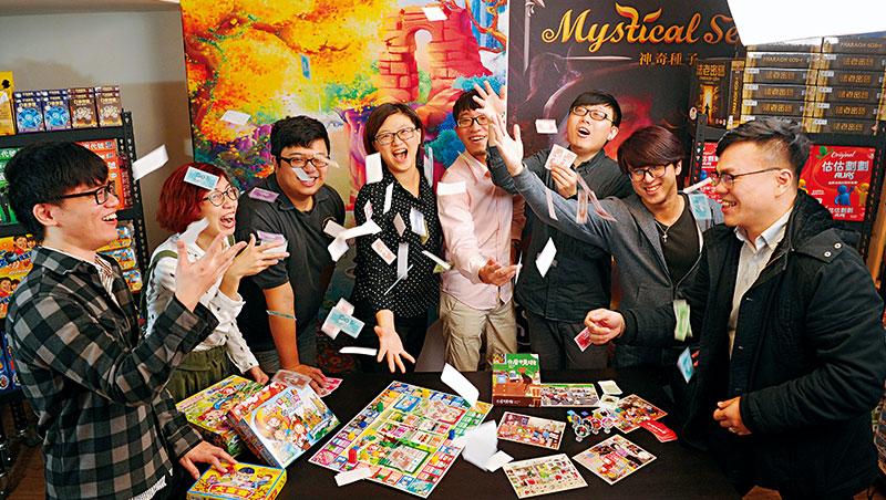 2Plus執行長王亞灣(左4)常開放工作室讓桌遊玩家一同測試遊戲,邊玩邊工作氣氛熱鬧。