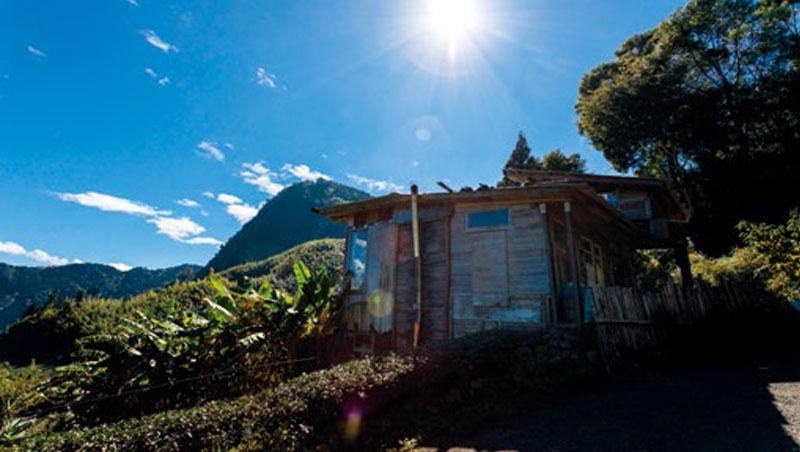 簡嘉文以二次材打造積木茶屋,不僅可飽覽鄒族聖山塔山全景,還能將雲海、夕陽與彩虹等美景盡收眼底。
