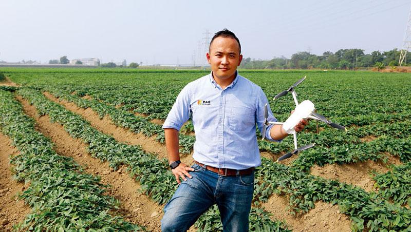 邱裕翔3年前開始用無人機巡地瓜田,今年將把實驗場域擴大到其他契作農戶。