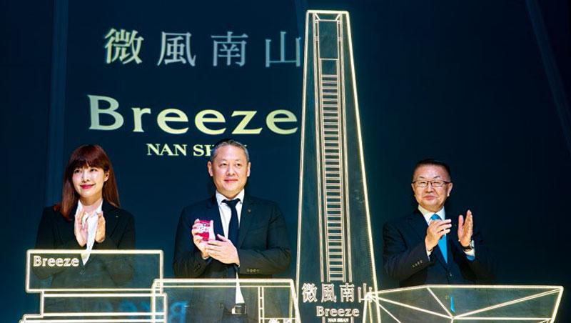 微風集團董事長廖鎮漢(中)、策略長廖曉喬(左)、執行常董岡一郎(右)3位大將聯袂出席 開幕記者會,顯現微風南山的分量之重。