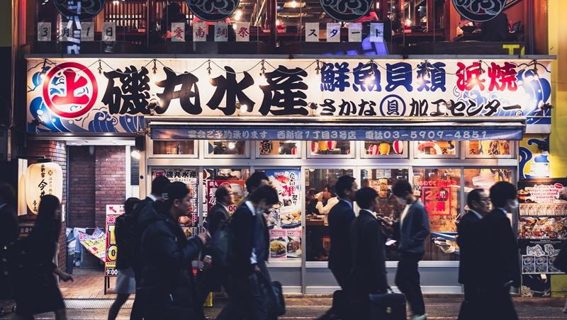 準時下班、固定休假...日本勞動制度改革,也改變不了的現象:在街頭「遊蕩」的上班族大叔們
