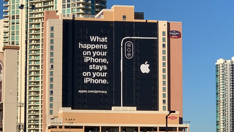 蘋果也撿到槍?買大樓廣告嗆亞馬遜和谷歌...蘋果敢打「隱私牌」的背後,是這個盤算