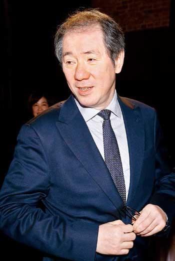 于品海出身平凡卻有百億身價,他最得意的事,不是購併金庸的《明報》,而是56歲拿北大博士。