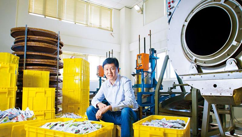 黃培倫坐在五金加工廠改造的茶葉廠中,他說每當年底旺季,自動化產線全開,一天可產4萬包奶茶包,堆滿整個倉庫。